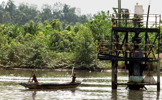 Africa- two Nigerdelta Boys paddling