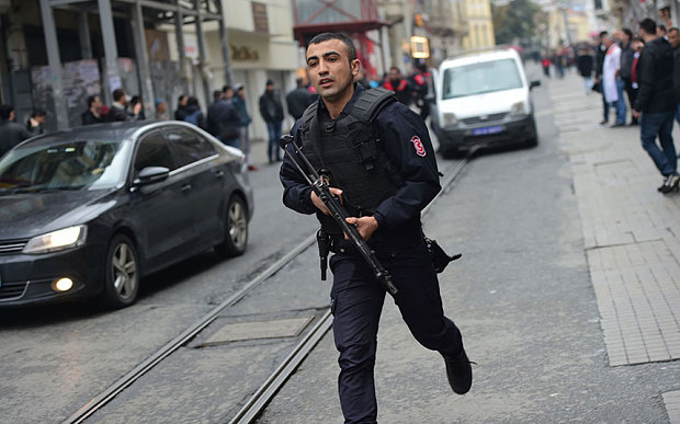 Istiklal_avenue_police man with riffle